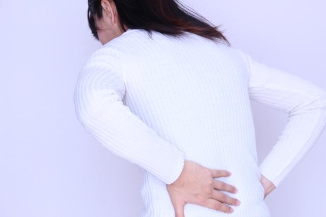 腰を痛めた女性の写真